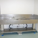Large endoscopy sink with full splash surrounds