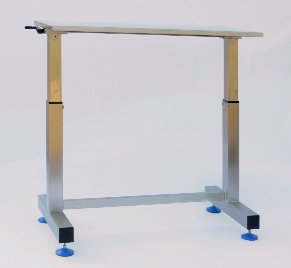 Manually operated height adjustable packing tables